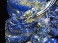 ◆迫力満点!極上龍彫り!◆パイライト輝くラピスラズリ極上一刀彫◆1点物◆世界最古の聖石◆龍彫りラピスラズリ【青金石】置物◆専用木製台座付き◆高さ約19.5cm横16cm 約702g(台座込み)◆【アフガニスタン産】