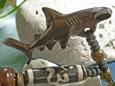 ボーンビーズが個性を演出★ウッド(木彫り)キーホルダー シュモクザメ