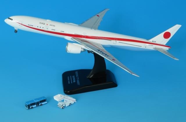 全日空商事 1/400 BOEING 777-300ER 80-1112 (WiFiレドーム・プラスチックスタンド付)・青バスとステップカー付 完成品モデル JG40103