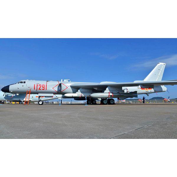 【9月予約】トランペッター 1/144 中国空軍 シーアン H-6K 戦略爆撃機 スケールモデル 03930