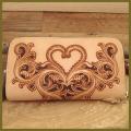 ハートの可愛い長財布、レザーカービング:ラウンドファスナー革財布