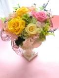 結婚祝い両親贈呈に最適なプリザーブドフラワー高級ゴールドの花器にイエローピンク