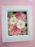 プリザーブドフラワー結婚祝い 退職祝い 両親贈呈 にフレームアレンジハートのリボンが可愛い ピンクのバラに白いガーベラ