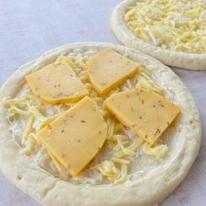 チーズ専門店のピザ・クミン入り