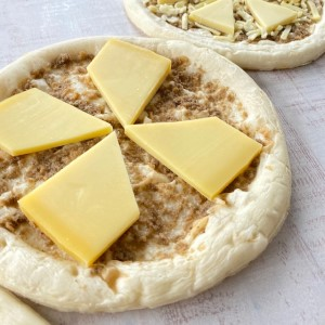 チーズ専門店のピザ・コンテとマッシュルームソース