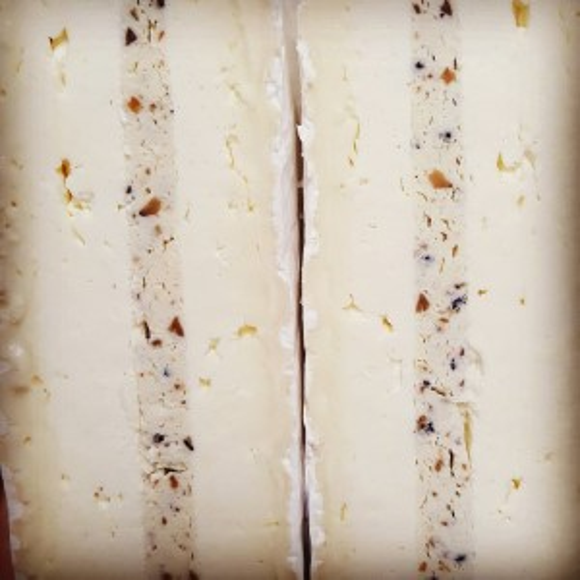 ブリートリュフ 断面 アップ トリュフ入りチーズ トリュフサンドウィッチ
