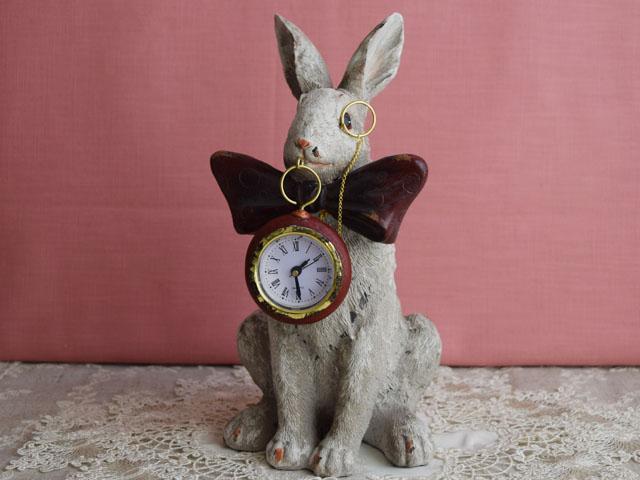 時計をくわえるリボンラビット