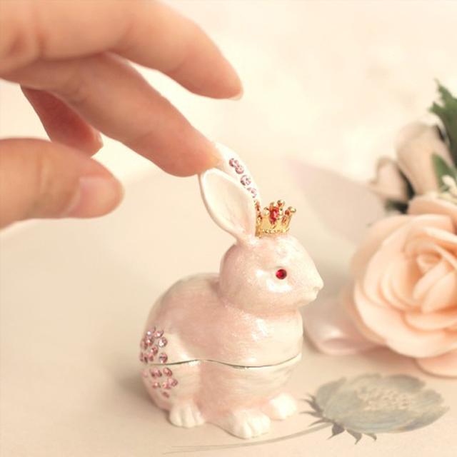 ピンクの王冠うさぎ