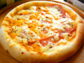 ピザ 4種チーズとロースハムのトマトソース
