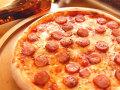 ピザ 辛口ソーセージとオニオンのガーリックトマトソース