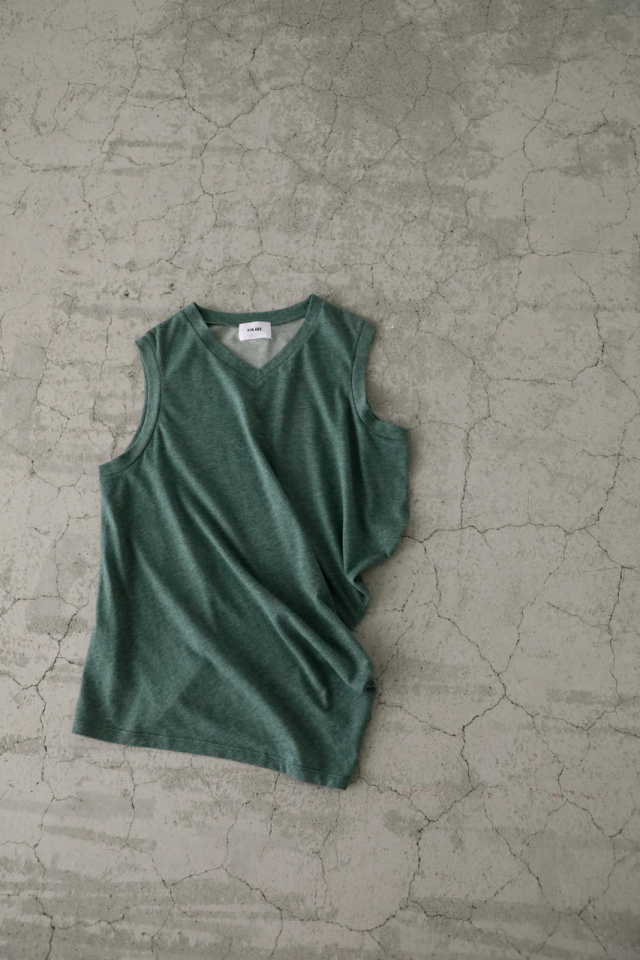 Organic asymmetry tops