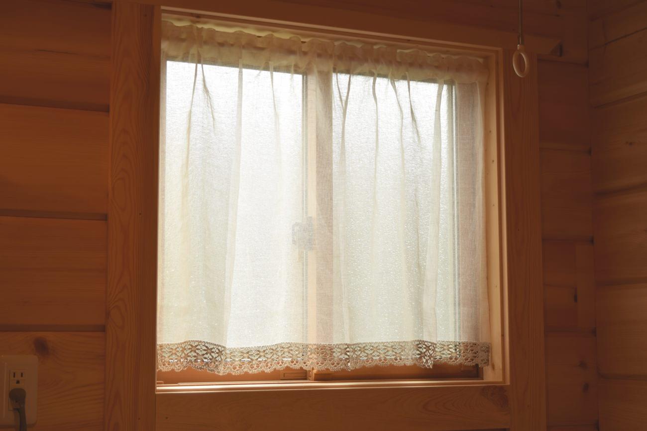 小窓にカフェカーテン