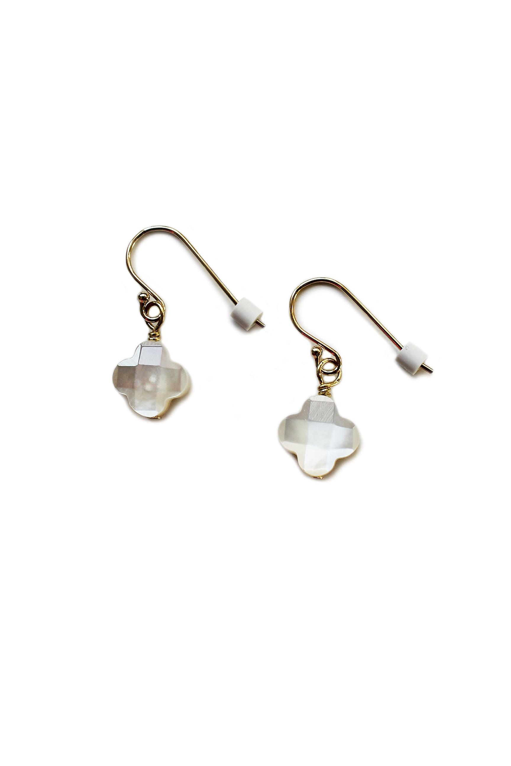 真珠母貝のクローバーがちょこんと下がるイヤリング(ピアス仕様)【22Kゴールドフィルド】