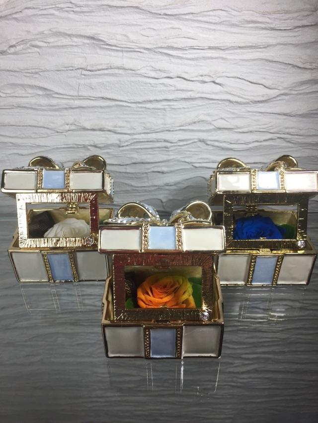 池袋 プリザーブドフラワー専門店 フラワーショップリズカの指輪入れの中にプリザーブドフラワー リボンブルー
