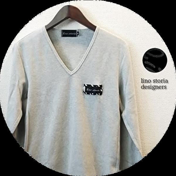 【大幅プライスダウン!プレミアムタイムセール!】 lino storia(リノ ストーリア) 針抜きVネックエンブレムデザイン長袖Tシャツ /ロンT (トップグレー) M/L 『限定品』