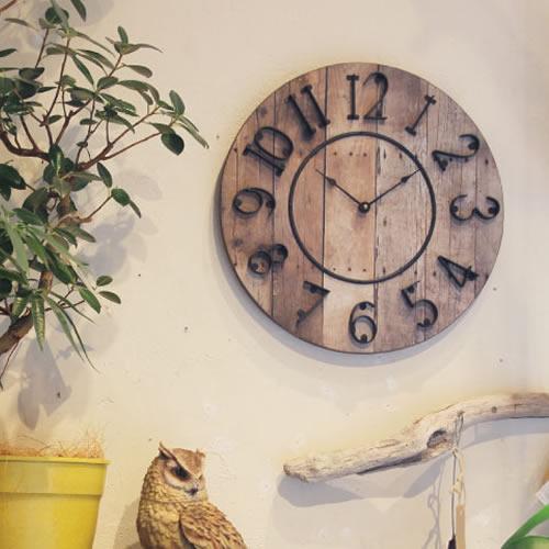 レトロで無骨な風合いのナチュラルな時計。