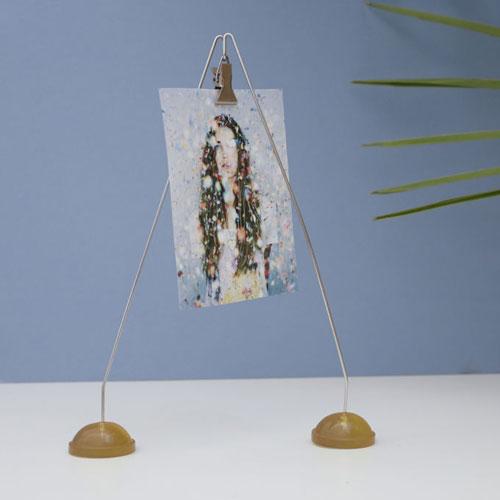 オランダ人デザイナーHella Jongeriusの初期の作品であるワイヤー製フォト/カードホルダー。