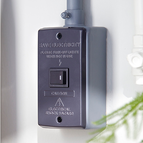 壁面のスイッチパネルをスタイリッシュに変身させるスイッチプレートは小さいながらも存在感抜群。
