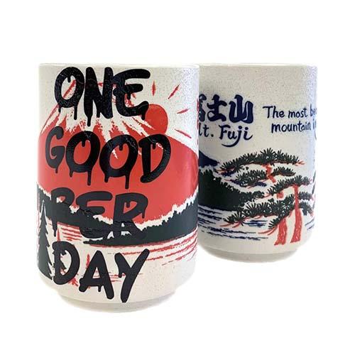 ONE GOOD PER DAY(一日一善)と富士山が描かれた湯呑み。