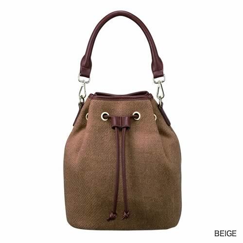無地でファッションにも合わせやすいトレンドの巾着型のバッグ。