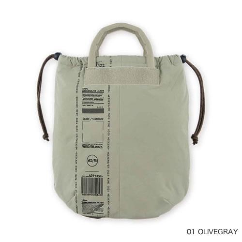 ユニセックスで使える気軽な巾着式のトートバッグ。