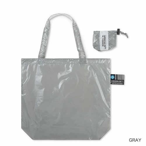 付属の巾着に収納することでコンパクトになるリバーシブルのバッグです。