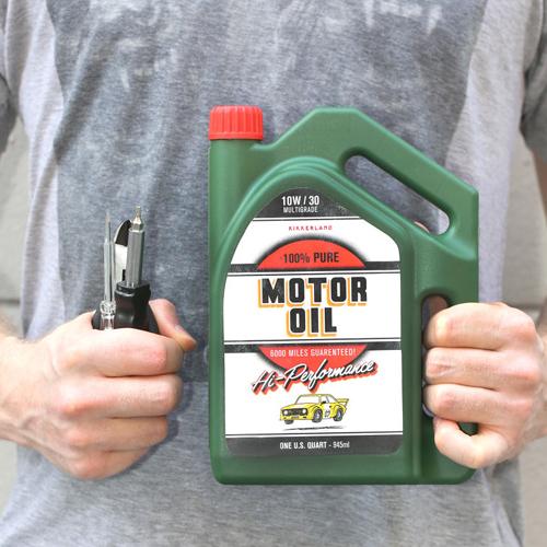 モーターオイルモチーフのボックスに入ったツールキット。