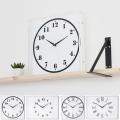 透明感のあるアクリ素材を使用したシンプルな時計