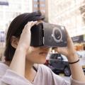 スマートフォンをセットしてダウンロードした3DのアプリやゲームをVR環境で楽しめるメガネ。