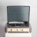 レトロな雰囲気のあるレコードプレーヤー。