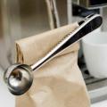 袋にクリップしておけるステンレス製の計量スプーン。