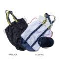 定番的でカジュアルなメッシュ素材のバッグ。