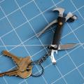 5個の機能が一つになったミニハンマーツールキーホルダー。