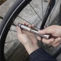 スリムで機能的な自転車用空気入れ。ボディにはスクラッチプルーフ加工が施されています。