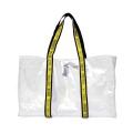 アウトドアギアを収納する軽量バッグ。