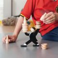 ウェイターがトレイをひっくり返さないように、そーっと食器を乗せて遊ぶスタッキングゲーム。