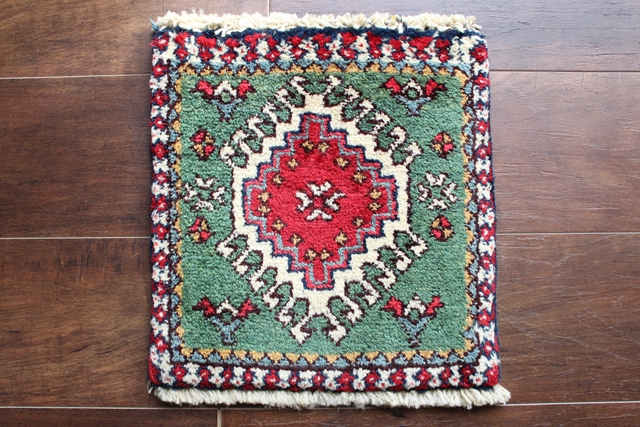 【送料無料】ヤラメのミニ絨毯(約30×30cm) 114
