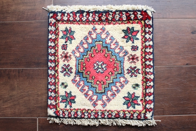【送料無料】ヤラメのミニ絨毯(約30×30cm) 110