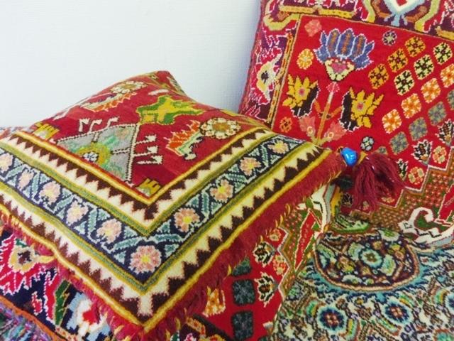 シラーズ産ペルシャ絨毯のクッション ZA403