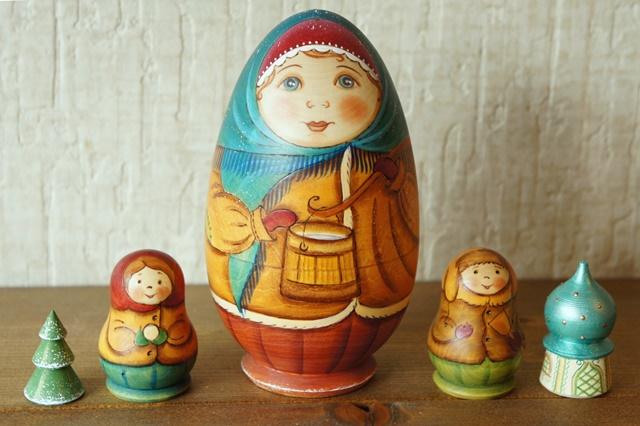 ズヴェーレヴァ作 こどもたちとお母さん卵型マトリョーシカ <水くみ> 4+1ピース/15cm【送料無料】