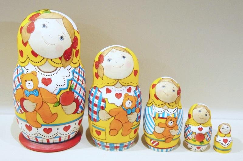 ルコムスカヤ作 カラフルマトリョーシカ<クマのぬいぐるみとリンゴ> 5ピース(L)/ 17cm 【送料無料】