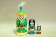 レア! 旧ソビエト連邦の国・キルギスのマトリョーシカ <民族衣装/羽根かざり>3ピース /約13cm