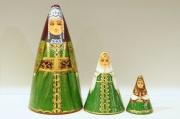 ダラフェエヴァ作 民族衣装 三角マトリョーシカ 3ピース<ニジニ・ノヴゴロド、ウラル・コサック、アルハンゲリスク>/14.8cm