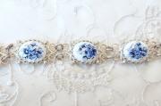 ロシアの伝統的エナメル工芸 フィニフティ・ブレスレット<白地に青バラ>/長さ21cm×幅1.3cm 【クリックポスト送付可】