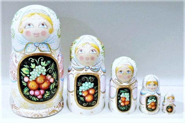 イリーナ・ナヂーナ作 民族衣装マトリョーシカ<リンゴの収穫> 5ピース/ 15.5cm