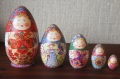 ダノーヴァ作 卵型・民族衣装マトリョーシカ 5ピース <2羽のニワトリ> / 16cm