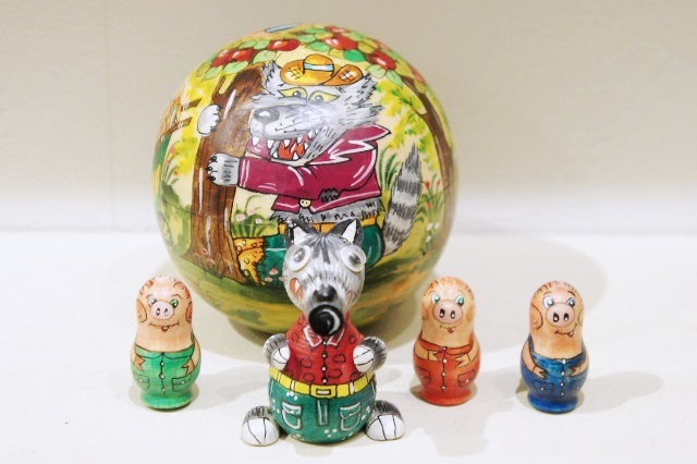 タチヤナ・スミルノーヴァ作 球形マトリョーシカ 1+4ピース <3匹のこぶた> / 7.7cm