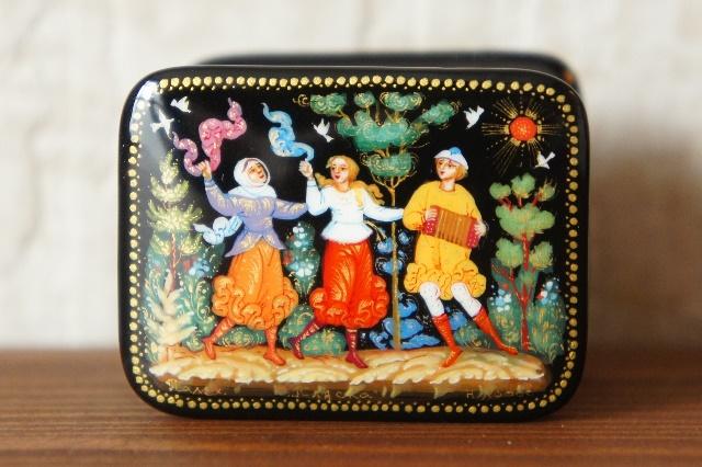 ホーダフ作 パレフ塗り 長方形シュカトゥールカ(小箱) <プリャースカ(ダンス)> 4.6×3.5×3.5cm