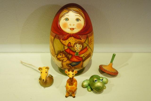 ズヴェーレヴァ作 おもちゃいっぱい!卵型マトリョーシカ <木馬> 4+1ピース/15cm【送料無料】