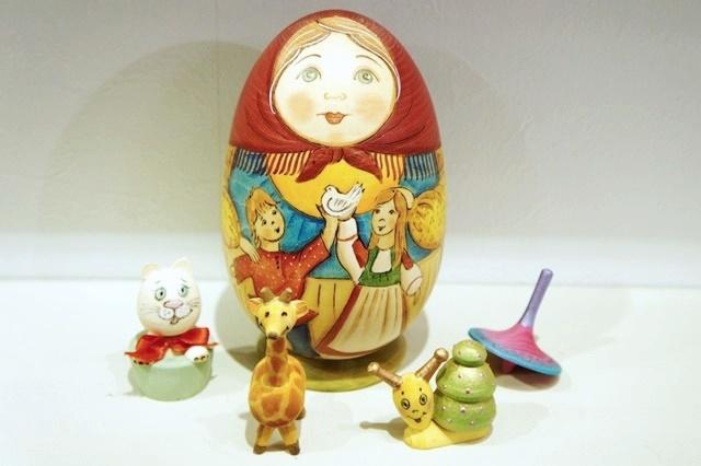 ズヴェーレヴァ作 おもちゃいっぱい!卵型マトリョーシカ <鳩> 4+1ピース/15cm 【送料無料】